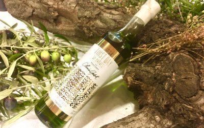 La Chef Londinense Monica Galetti firma la botella del Primer Día de Cosecha de Picualia en una edición de lujo