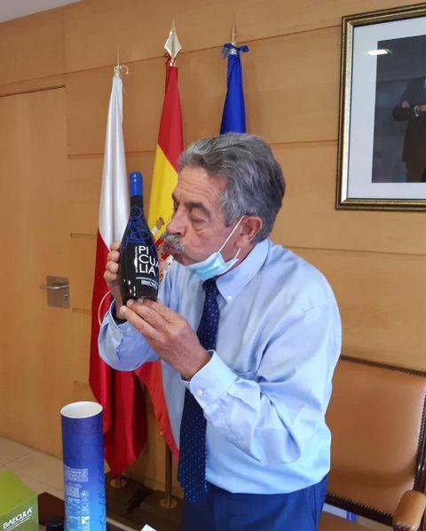 Miguel Ángel Revilla recibe nuestro Reserva Picualia en Santander